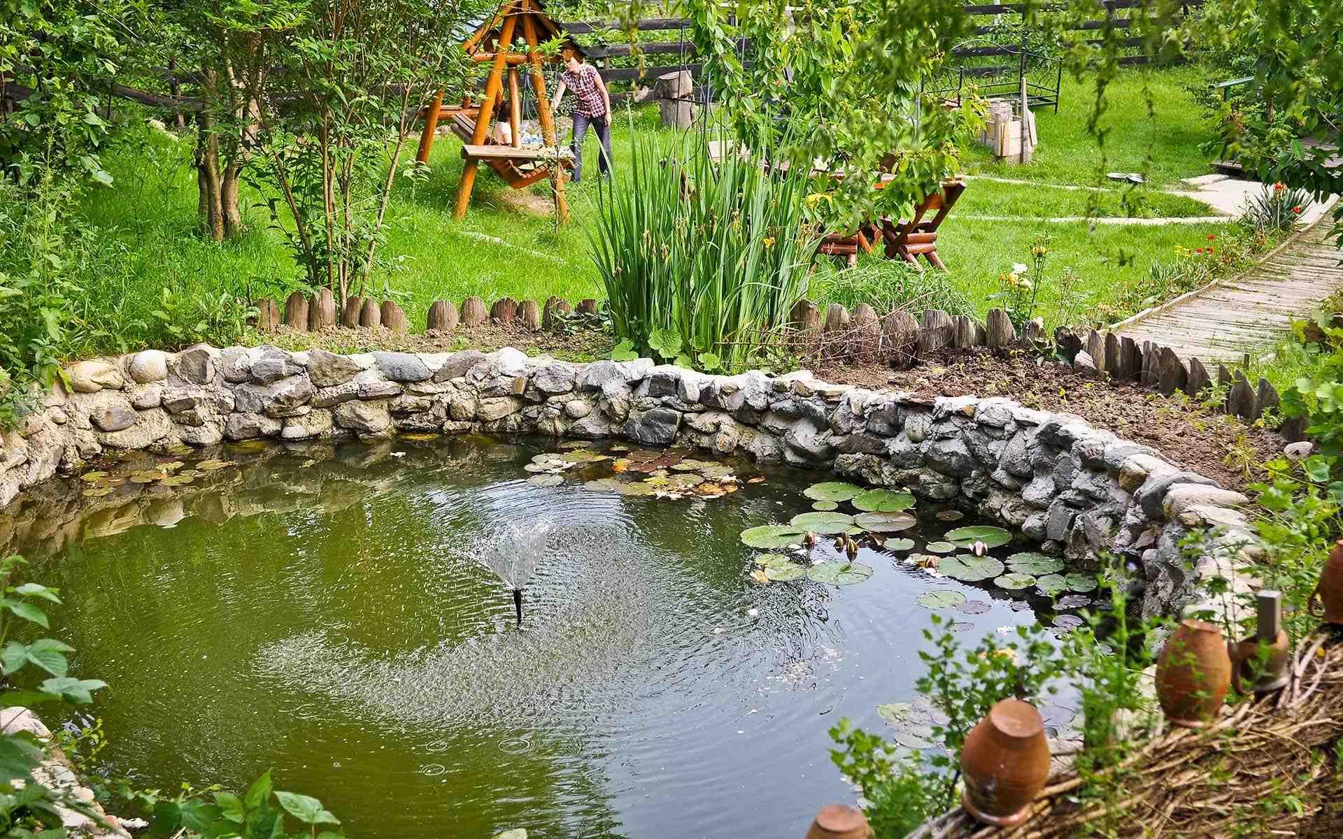 Loc de joacă, lac cu pește, grătar, picnic